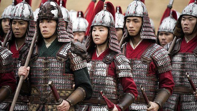 Prajurit Mulan di tengah Para Pria/ (Foto: Jasin Boland/Disney via AP)