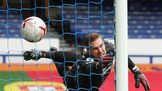 Adrian berusaha selamatkan bola dari sundulan Calvert-Lewin. Gambar: Pool via Reuters