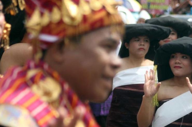 Sejumlah penari menampilkan tarian tradisional Karo saat berlangsung Pesta Budaya Mejuah-Juah, di Brastagi, Kabupaten Karo, Sumatra Utara, Kamis (26/10/2017). Pesta Budaya Karo yang diikuti ribuan masyarakat tersebut menampilkan tarian dan kesenian budaya suku Karo.(ANTARA FOTO/SEPTIANDA PERDANA)