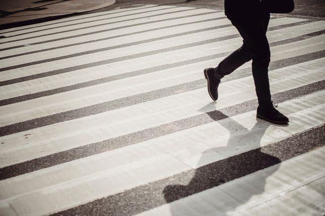 ilustrasi orang berjalan terburu-buru-pexels.com