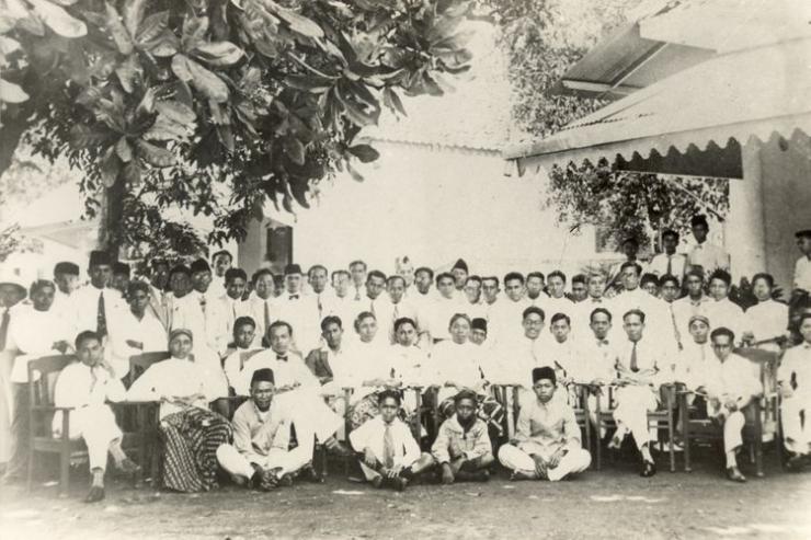 Foto bersama para pemuda pencetus Sumpah Pemuda, 28 Oktober 1928 di halaman depan Gedung IC, Jl. Kramat 106, Jakarta (Dok. Kompas)