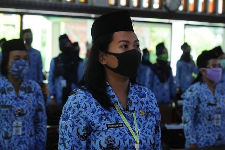 Sejumlah Aparatur Sipil Negara (ASN) menggunakan masker saat mengikuti pelantikan secara daring di Kantor Pemerintah Kabupaten Klaten, Jawa Tengah, Jumat (5/6/2020). | Sumber: ANTARA FOTO/Aloysius Jarot Nugroho/pras via Kompas.com