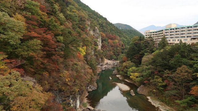 Suasana Sungai Kinugawa dari jembatan gantung Kinutateiwa-ootsuruhashi (dokpri)