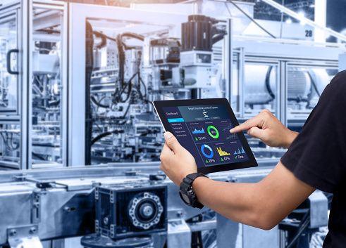 Pada era Next-Generation Industry, perusahaan lebih banyak memanfaatkan teknologi dengan pemberdayaan SDM. (DOK. iSTOCKPHOTO)