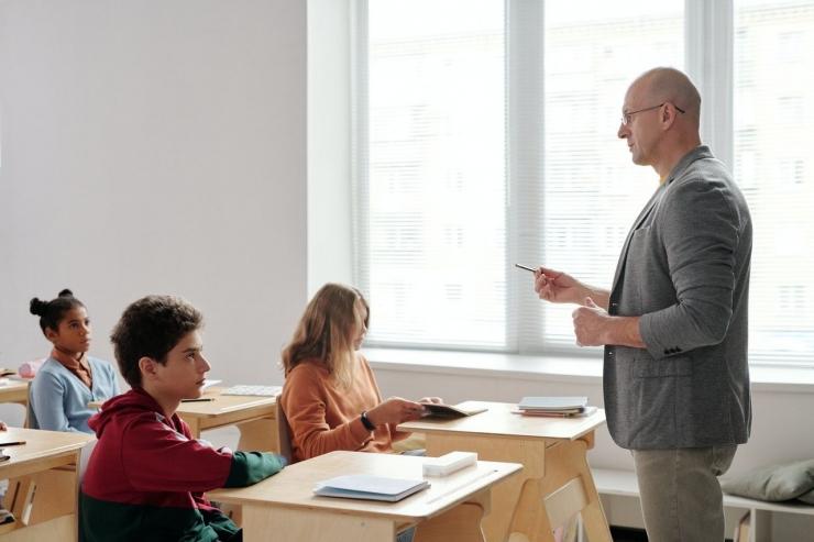 Ilustrasi pendekatan personal kepada siswa. Foto oleh Max Fischer dari Pexels