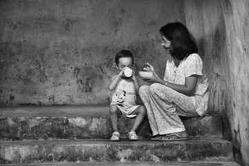 Seorang Ibu bersama anaknya. [Sumber Foto: Nakita.grid.id]