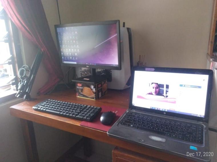 Set up kerja baru. Keyboard lebih dekat dengan bibir meja, layar yang lebih tinggi, dan kenyamanan saat multitasking. (Foto: Akbarmuhibar)