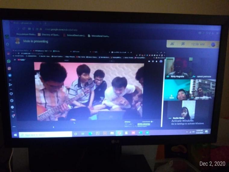 Reunian online bareng temen-temen melihat kekocakan masa kuliah bisa menurunkan tingkat stress juga! (Foto: Akbarmuhibar)