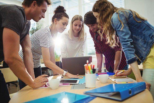 Ilustrasi tim kerja sedang berdiskusi untuk menyelesaikan pekerjaan. (pixabay.com)