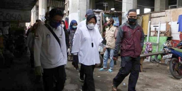 Mensos Tri Rismaharini saat blusukan ke salah satu kawasan di DKI Jakarta | Sumber gambar : demokratis.co.id