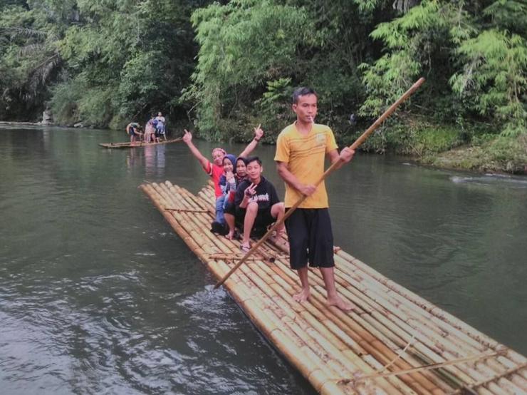 Meluncur rafting dengan bambu dari puncak gunung Meratus di Loksado (Dokpri)