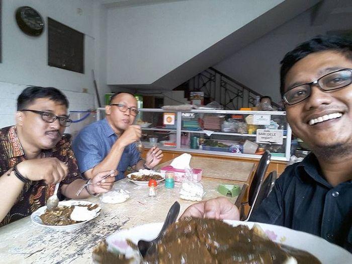 Penulis bersama Ismail Nachu dan Kuncarsono Prasetya.foto:dok kuncarsono