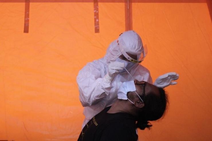 ilustrasi: Relawan mengikuti tes swab antigen di Posko dukungan penanganan COVID-19 BPBD DIY di Semaki, Yogyakarta, Minggu (3/1/2020). ( ANTARA FOTO/Hendra Nurdiyansyah via kompas.com)
