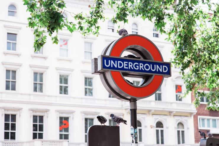 Photo by Bruno Martins on Unsplash | Logo MRT bawh lanah di kota London ......