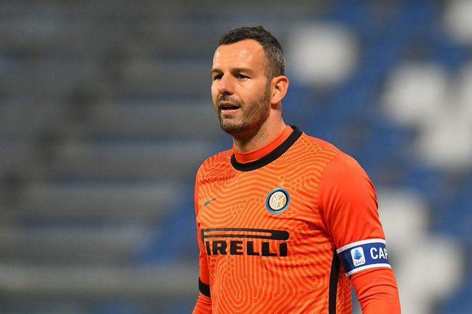 Samir Handanovic mulai banyak dikritik di bawah mistar gawang Inter. (Foto: twitter/Inter)