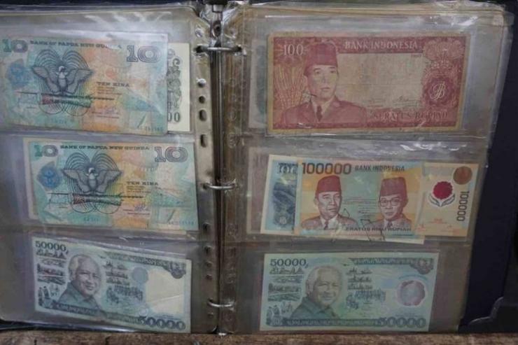 Syamsir (79), salah satu penjual uang kuno di kawasan Pasar Baru, Jakarta Pusat telah menekuni profesi tersebut selama 28 tahun. Dari menjual uang kuno, Syamsir bisa menghidupi serta menyekolahkan 7 anaknya hingga lulus bangku SMA, Senin (11/6/2018). (KOMPAS.com/DAVID OLIVER PURBA)