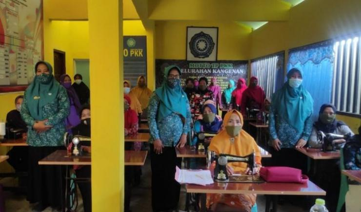Penyerahan mesin jahit kepada peserta pelatihan kewirausahaan yang diselenggarakan BKM Potre Koneng di Kelurahan Kangenan, Kecamatan Kota Pamekasan/dokpri