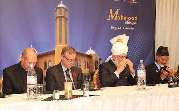 Hz. Mirza Masroor Ahmad bersama pemerintah Provinsi Saskatchewan, Brad Wall, pada peresmian Mesjid Mahmod Regina, Canada