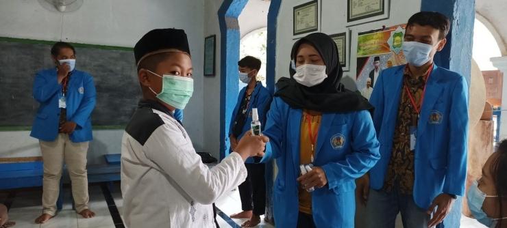 Dokumentasi Pribadi : Pemberian Handsanitizer anak-anak TPQ Desa Luworo
