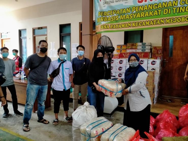 Penyerahan bantuan kebutuhan pokok dari perwakilan Aliansi Alumni Smada Kudus kepada posko desa Payaman diterima baik oleh Ibu lurah desa Payaman | dokpri