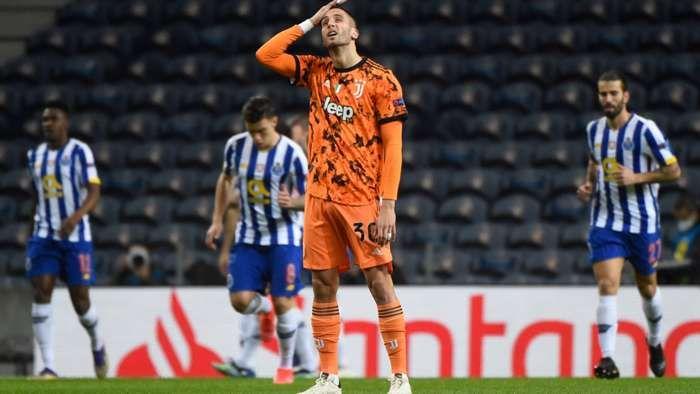 Gelandang Juventus, Rodrigo Bentacur memelas dikalahkan Porto I Gambar : Getty via Goal.com