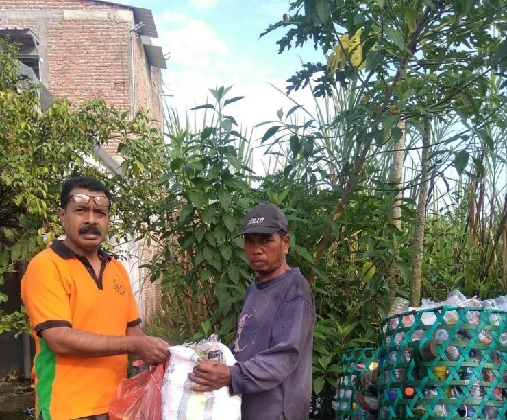 penyerahan sampah kepada Pak Suli (dok.pribadi)