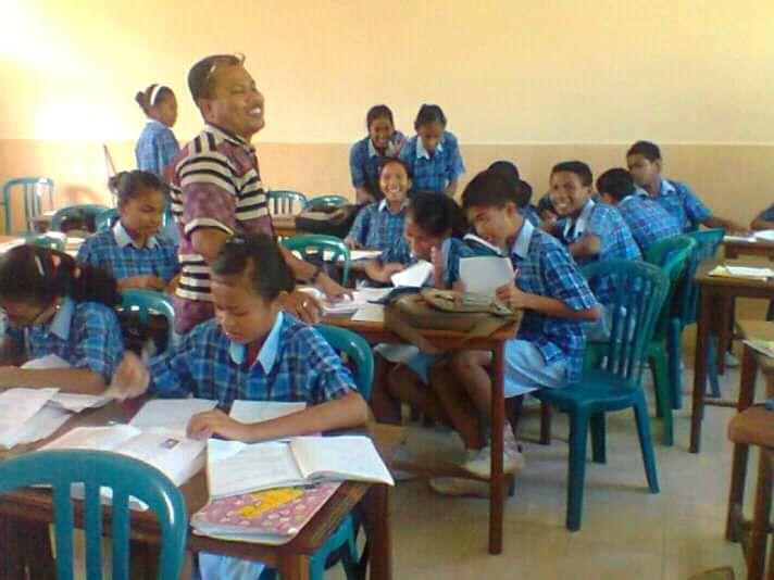 Dok Pribadi : Gambar guru bersama siswa di kelas sebelum pandemi