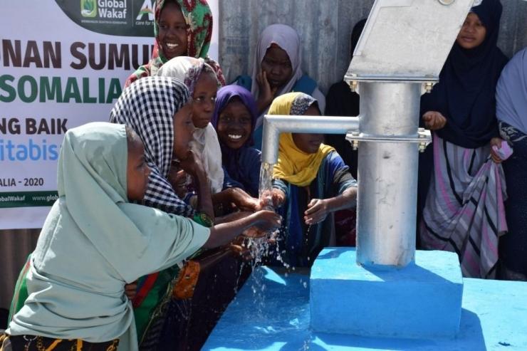 Anak-anak Somalia bahagia memiliki sumber air bersih. Kini warga dan hewan ternaknya bisa mengonsumsi air dengan aman. (ACTNews)