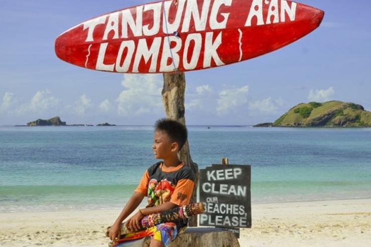 Pantai Tanjung Aan di Kawasan Ekonomi Khusus (KEK) Mandalika di Pulau Lombok, Nusa Tenggara Barat. (ANTARA FOTO/AHMAD SUBAIDI via KOMPAS.com)