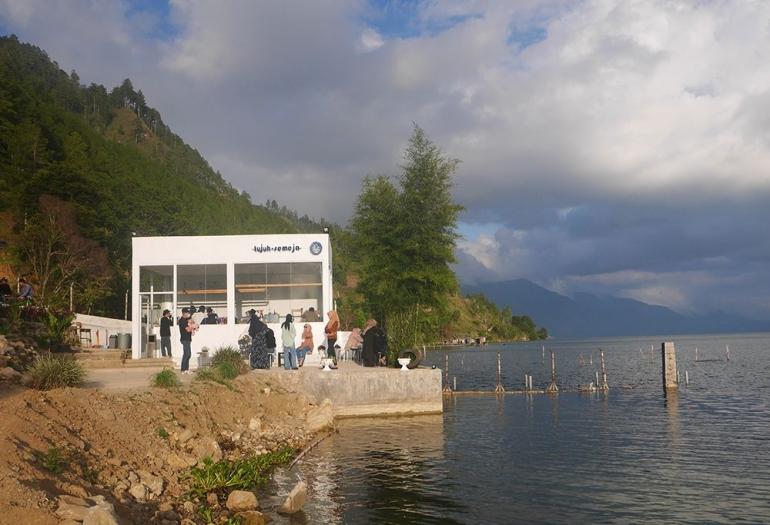 Kafe di tepi Danau Laut Tawar