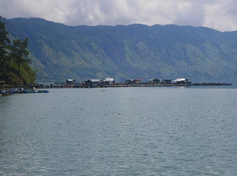 Rumah dan keramba di Danau Laut Tawar