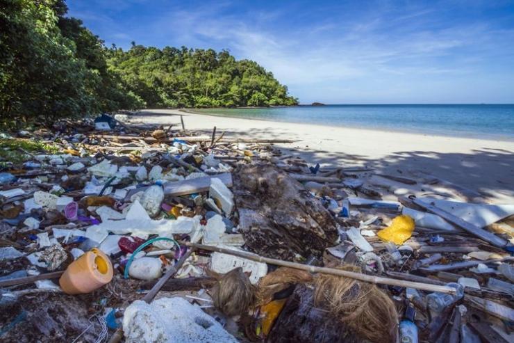 Ilustrasi sampah plastik di pantai | foto: kompas.com