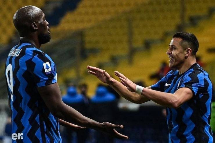 Penyerang Inter Milan Alexis Sanchez (kanan) merayakan gol dengan Romelu Lukaku setelah mencetak gol keduanya dalam pertandingan sepak bola Serie A Italia Parma vs Inter Milan pada 4 Maret 2021 di Stadion Ennio-Tardini di Parma. (AFP/MIGUEL MEDINA)