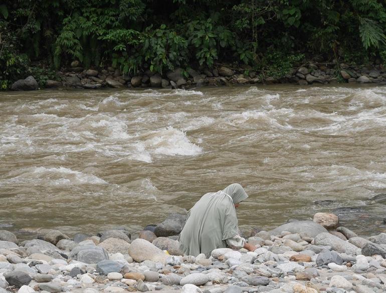 Ada yang sedang mencari batu (Foto pribadi)