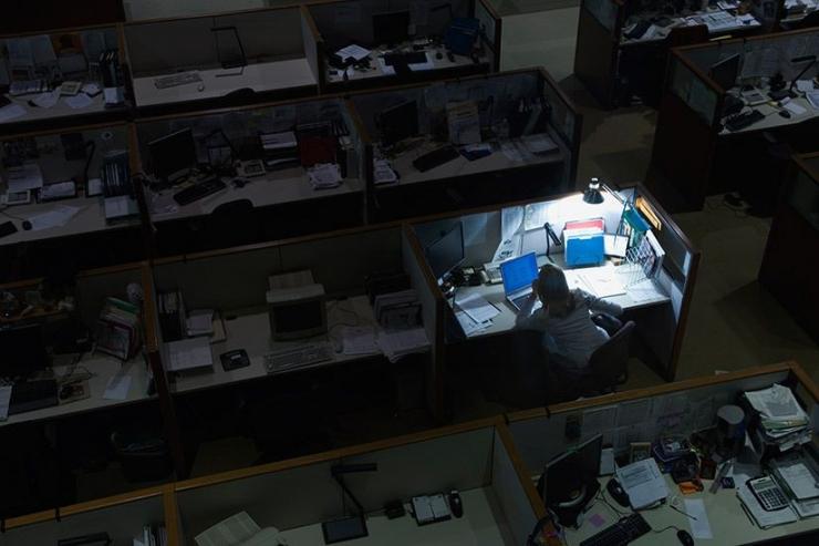 Ilustrasi seseorang yang tengah bekerja hingga larut malam menandakan dirinya gila kerja/workaholic (ellecanada.com/Wing Sze Tang)