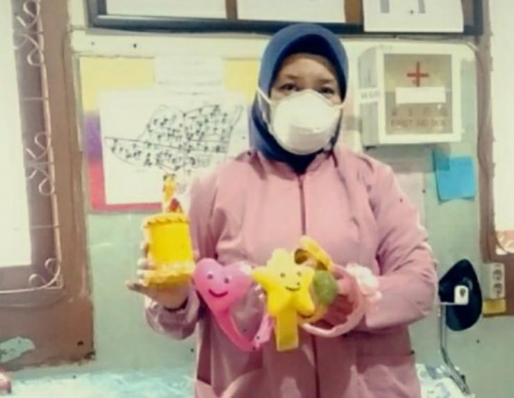 Apsari Listyowati memamerkan produk yang diajarkan kepada pasien TB MDR. foto: dok.pribadi