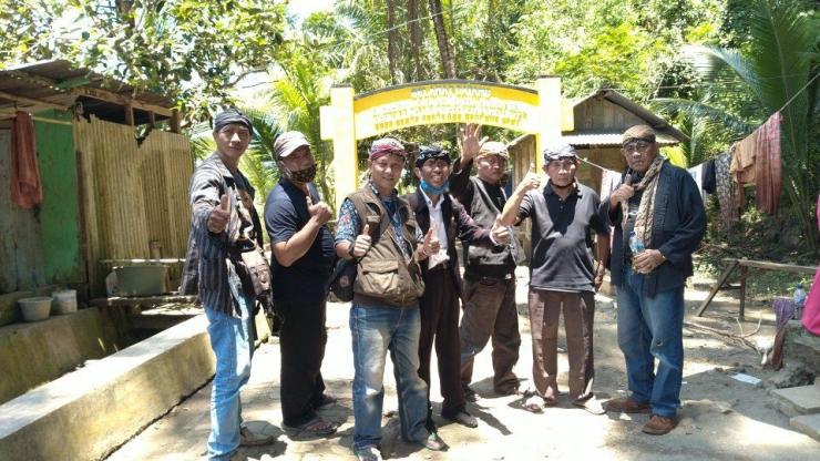 Penulis (ketiga dari kiri) dan kawan-kawan di depan pintu masuk kawasan Gua Masigit Sela (17/3).   Dokpri