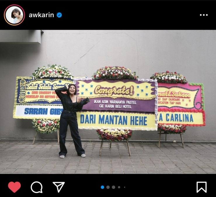 Awkarin dapat karangan bunga dari mantan setelah membeli hotel (Bidik layar Instagram Awkarin)