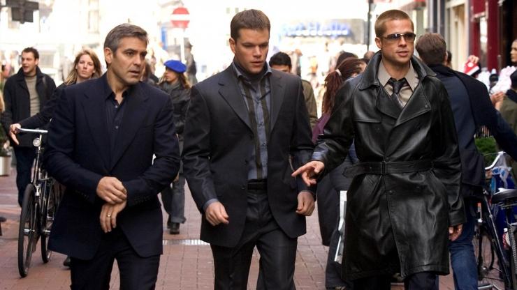 Danny Ocean (George Clooney) bersama Linus (Matt Damon) dan Rusty (Brad Pitt) dalam salah satu adegan Ocean Twelve (Warner Bros Pictures).