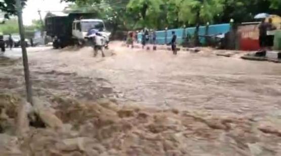 Kali Gua Lordes meluap. Banjir menggenangi Jl. Cak Doko, Kelurahan Oebobo, Kota Kupang, Sabtu (3/4). (FOTO: ISTIMEWA)