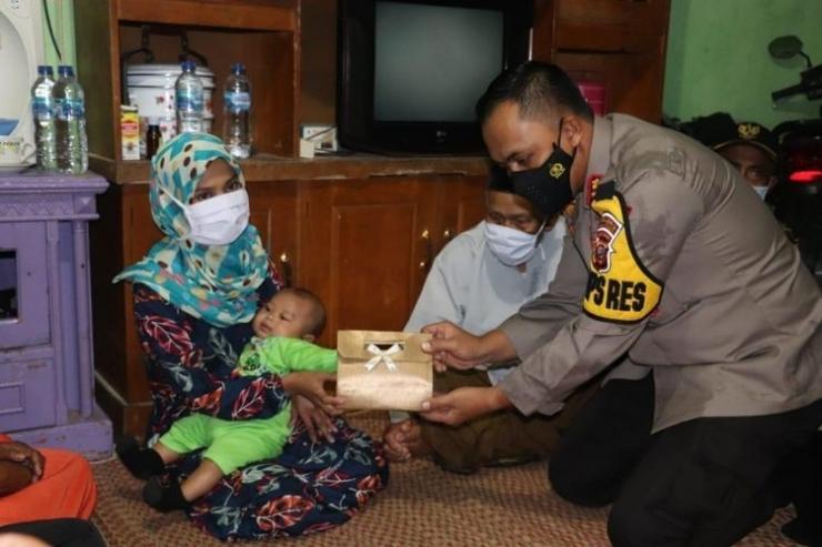 Penyerahan bantuan oleh Kapolres Sukabumi kepada S, istri terduga jaringan teroris yang ditangkap aparat, 4/4/2021 (Foto: kompas.com/ Polres Sukabumi)