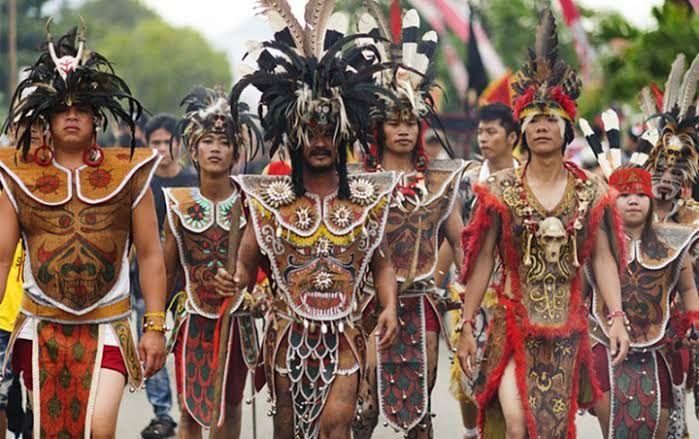 Suku Dayak di Kalimantan (wowkeren.com)