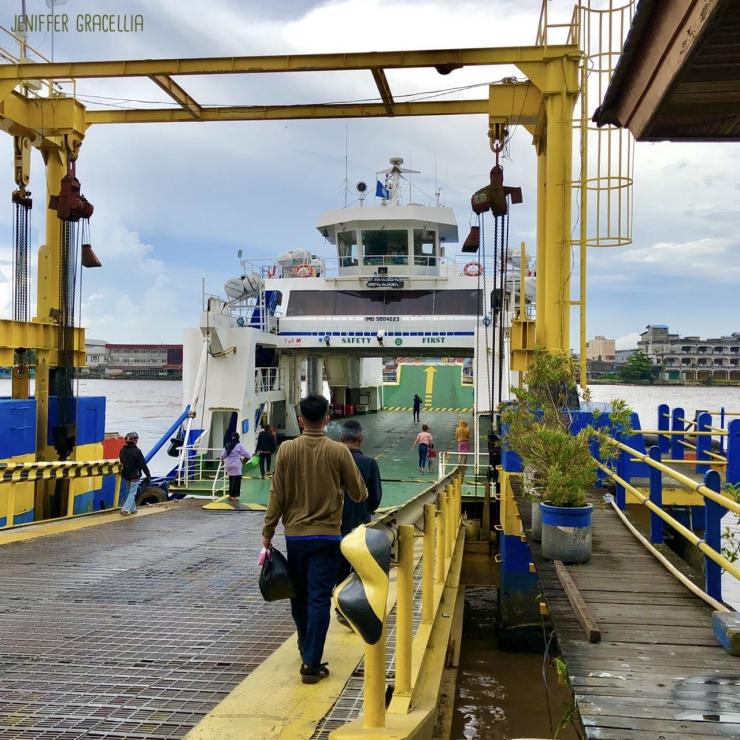 Pejalan kaki biasanya didahului untuk masuk kedalam kapal feri sebelum kendaraan bermotor | Foto milik pribadi
