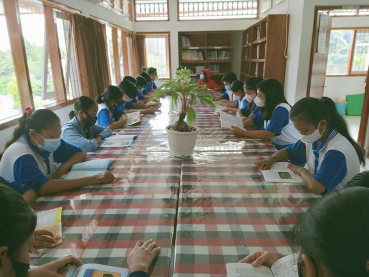 Usai piket kebersihan, para siswa membaca di perpustakaan sekolahnya (dok.pribadi).