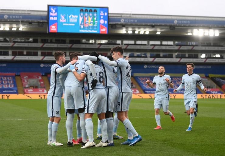 Pemain Chelsea merayakan gol ke gawang Crystal Palace. (via si.com)