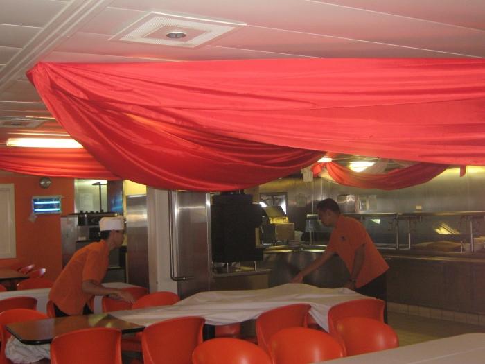 Suasana di ruang makan crew kapal pesiar. Foto: Dokumentasi Pribadi