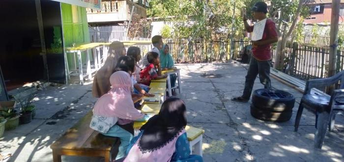 Ryan Afrianto sedang menemani anak-anak Bortam mencintai belajar (Foto: Daeng Sibali)