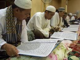 Potret tadarusan yang kini mulai hilang di masjid dan suarau. (foto dok alfahmu.id)