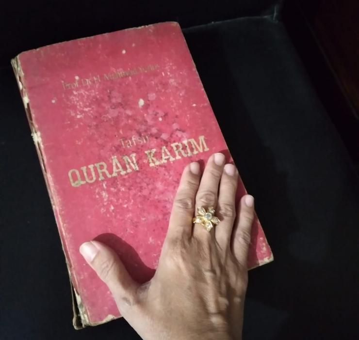 Bapak memberiku Al Quran bersampul merah sebagai hadiah ulang tahun ke-12. (Dokpri)