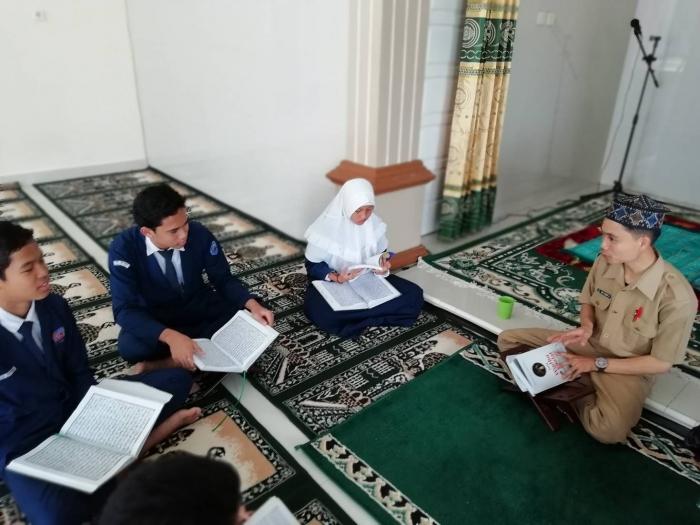 Mengajar Seni Baca Quran terkadang menguras suara. Dok. Ozy V. Alandika